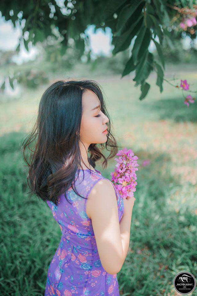 Và đâu đây giữa lòng thành phố, ta bắt gặp những khung cảnh nên thơ, lãng mạn, người thiếu nữ độ xuân thì giữa hòa trong sắc hoa bằng lăng tím ngắt. Những khung ảnh tuyệt đẹp mùa hoa bằng lăng:
